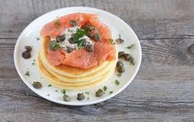 Il menù per la festa del papà: antipasto pancake salati al salmone